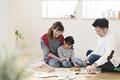 タイトル:子供部屋で遊ぶ親子3人