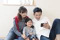 タイトル:子供にスマートフォンを見せる父親