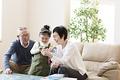 タイトル:孫と遊ぶおじいちゃんとおじいちゃん