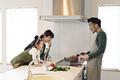 タイトル:家族の前で料理の腕を振るう父親
