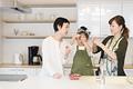 タイトル:台所でイチゴを洗う孫と母と祖母