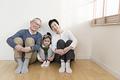 タイトル:寄り添って座る祖父母と孫