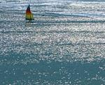 輝く海とヨット