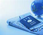 パスポートと英字新聞