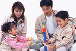 積み木遊びをする家族