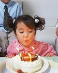 バースデーケーキと女の子