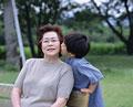 タイトル:内緒話をする祖母と孫