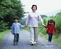 タイトル:散歩をする祖母と孫