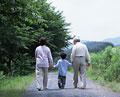 タイトル:散歩をする祖父母と孫