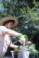 タイトル:ガーデニングをする女性