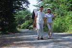 林道を歩く夫婦