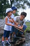 川原で釣りをする親子