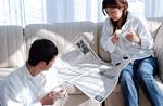 新聞を読むカップル
