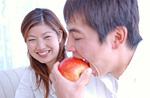 リンゴを食べるカップル