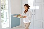 料理を運ぶ女性
