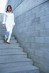 階段を下る女性