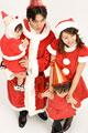 タイトル:サンタの衣装の親子4人