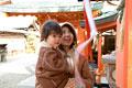 タイトル:神社に初詣に来た母と息子