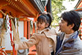 タイトル:神社に初詣に来た父と娘