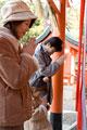 タイトル:神社に初詣に来た親子3人