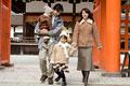 タイトル:神社に初詣に来た親子4人