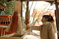 タイトル:神社の鈴を鳴らす女の子