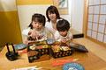 タイトル:おせち料理を食べる親子