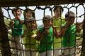 タイトル:アスレチック場で遊ぶ親子