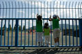 タイトル:競技場を見る子供たち