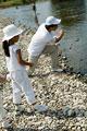 タイトル:川で遊ぶ親子