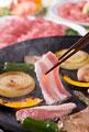 タイトル:豚バラ肉をホットプレートで焼く