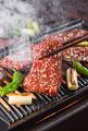 タイトル:焼肉を鉄板で焼く
