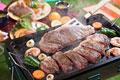 タイトル:ステーキをバーベキューコンロで焼く