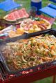 タイトル:肉野菜炒めをバーベキューコンロで焼く