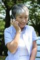 タイトル:携帯電話を使うおばあさん
