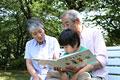 タイトル:本を孫に読むシニア