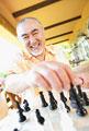 タイトル:チェスをする男性