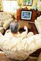 タイトル:テレビを見る男性