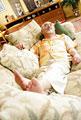 タイトル:ソファーに寝転ぶ男性
