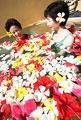 タイトル:フラワースパに入っている女性