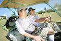 タイトル:ゴルフを楽しむシニア