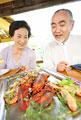 タイトル:食事をするシニアカップル