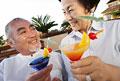 タイトル:乾杯するカップル