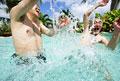 タイトル:プールで遊ぶ男性
