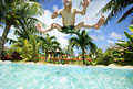 タイトル:プールに飛び込む男性