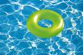 タイトル:プールに浮かぶ浮き輪