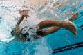 タイトル:プールで泳ぐ男性
