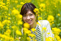 タイトル:菜の花畑と女性