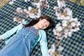 タイトル:桜の花と寝転ぶ女性