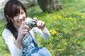 タイトル:写真を撮る女性